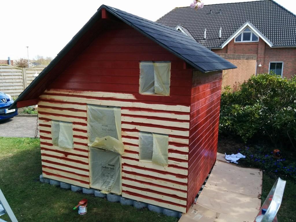 das streichen des spielhauses spielhaus aus holz. Black Bedroom Furniture Sets. Home Design Ideas